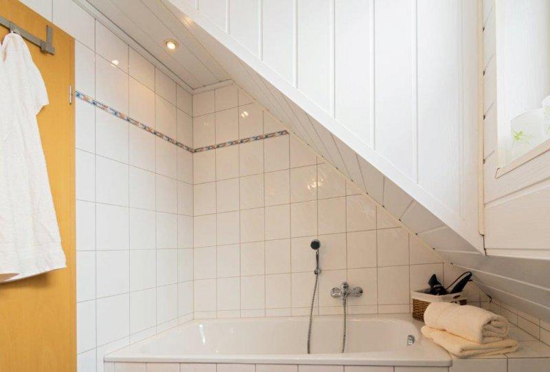 Bad oben mit Badewanne