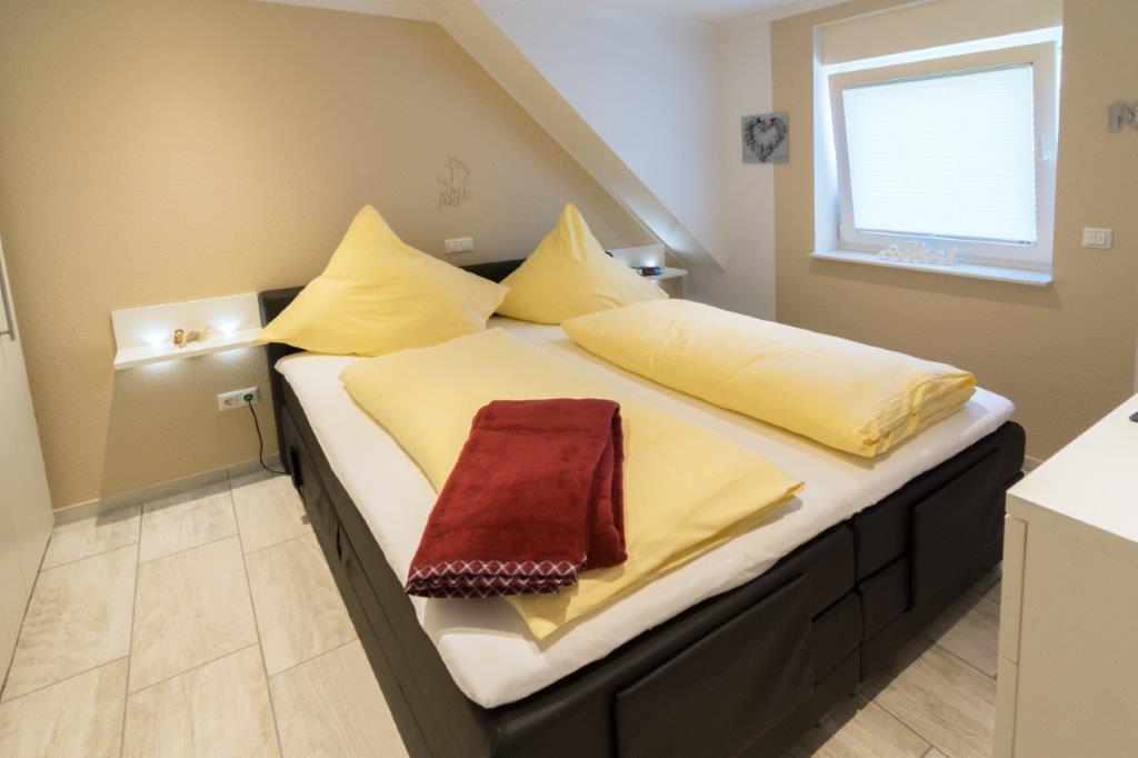 Schlafzimmer Obergeschoss mit SAT TV