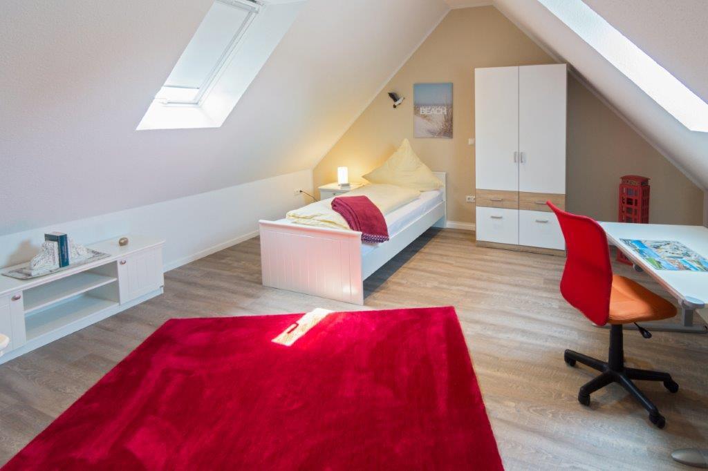 Schlafzimmer Dachgeschoss mit SAT TV